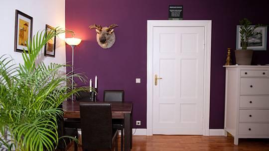 berlin dunkle farben gleichm ig streichen. Black Bedroom Furniture Sets. Home Design Ideas